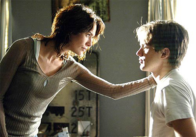 Sarah Connor (Lena Headey) y John Connor (Thomas Dekker)